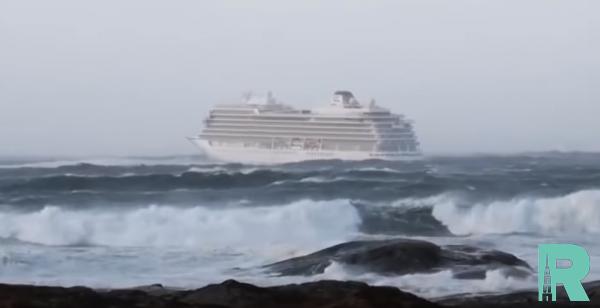 С терпящего бедствие лайнера Viking Sky эвакуировали около 400 человек