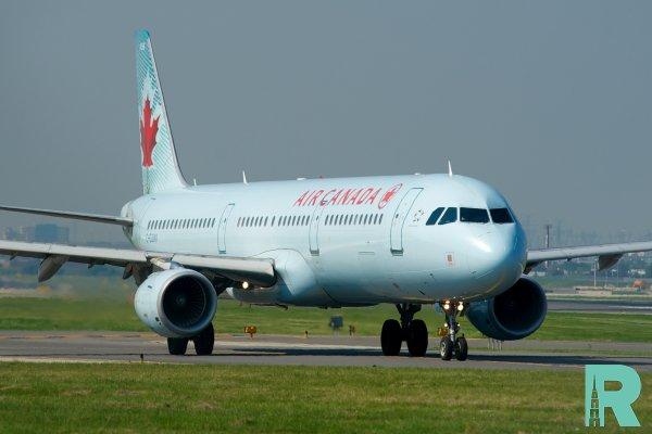 В Канаде пассажирский лайнер повредил двигатель влетев в стаю птиц