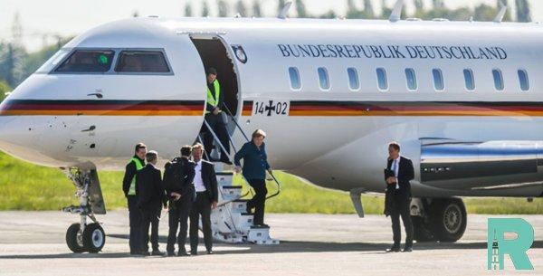 В немецком аэропорту в самолет Меркель врезался автомобиль