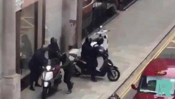 Лондонские грабители на мопедах приговорены к 67 годам тюрьмы