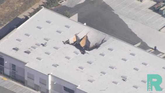 Истребитель F-16 в Калифорнии врезался в здание