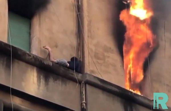 В Интернете опубликован ролик спасения с мужчины с карниза пылающего дома