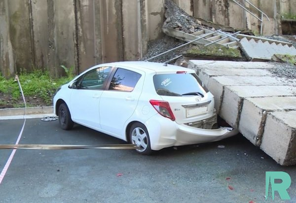 Во Владивостоке на автомобили упала подпорная стена