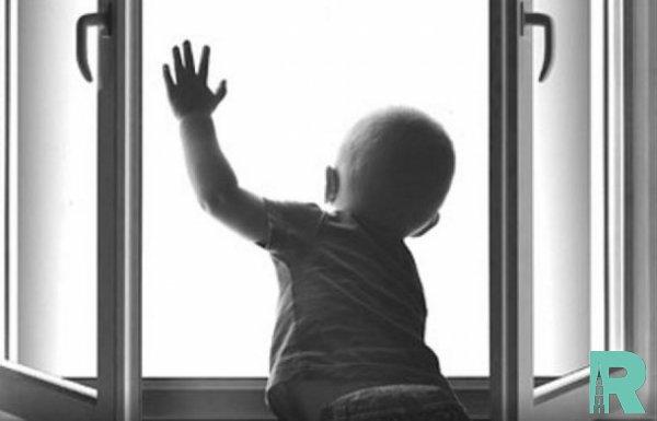В Китае прохожему удалось поймать ребенка выпавшего с пятого этажа (видео)