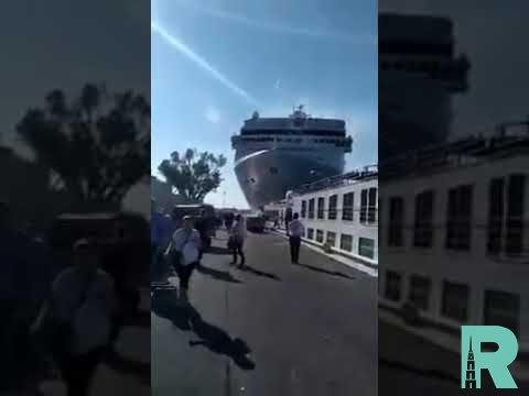 Круизный лайнер столкнулся c туристическим теплоходом в Венеции (видео)