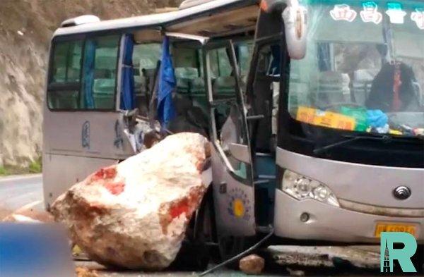 В Китае из-за падения на автобус с туристами куска скалы погибло 8 человек