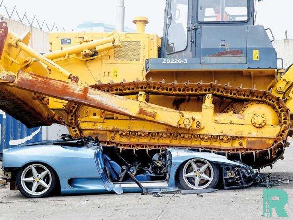 Контрабандный суперкар Ferrari 360 Spider уничтожили при помощи бульдозера (видео)