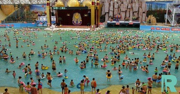 В Китае в аквапарке из-за искусственной гигантской волны пострадали более 40 человек