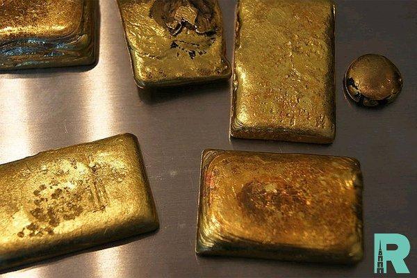 Россиянка пыталась провести в Китай золото в кроссовках