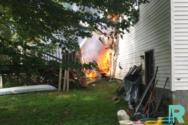 Из-за падения в США  на жилой дом самолета погибло два человека