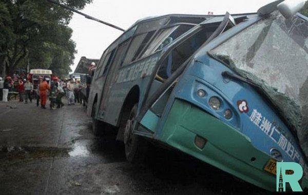 На юге Китая в ДТП с автобусом погибло семь человек