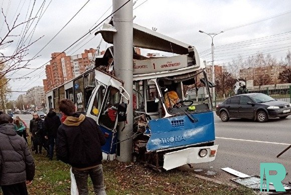 В Чебоксарах троллейбус взял на таран фонарный столб