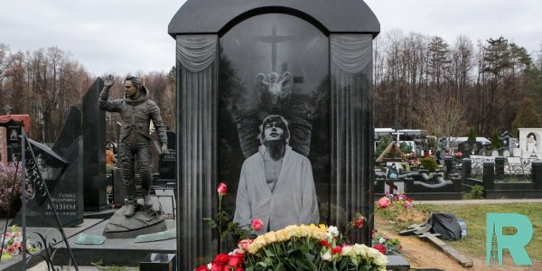 Памятник Николаю Караченцову открылся на Троекуровском кладбище