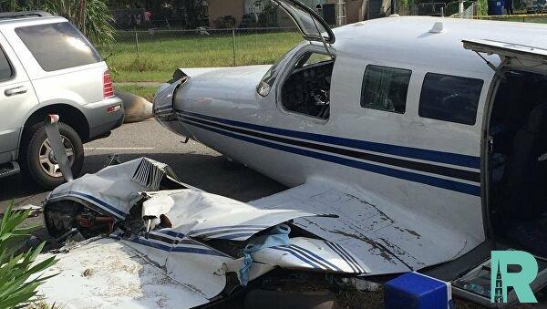 Во Флориде врезался в машину легкий самолет, совершавший аварийную посадку