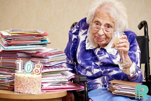 108-летняя англичанка назвала шампанское главным секретом своего долголетия