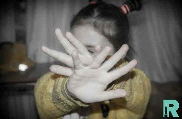 В Китае отец незнакомцам продал дочь и деньги потратил в Интернете на девушек