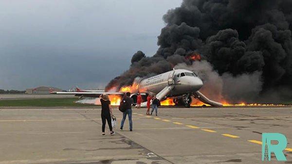 Появились первые видео из горящего самолета в Шереметьево