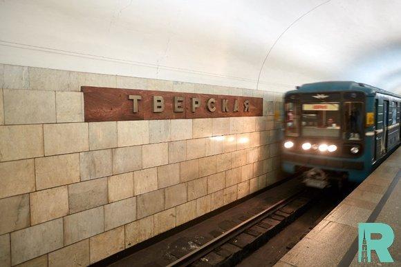 В Московском метро на зеленой ветке под поезд упал человек